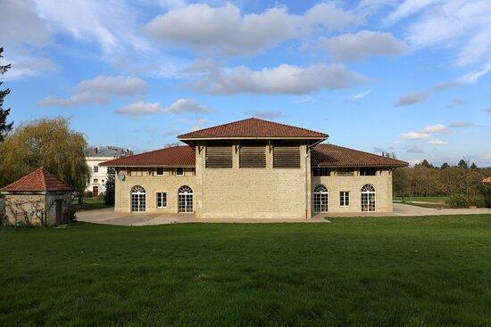 Le Domaine de La Garde - Ecuries rénovées, qui accueille les différents évènements. Plus d'infos sur le programme : http://lesamisdelagarde.fr/