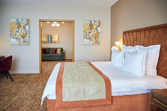 Есть два варианта размещения в отеле: с одной кроватью king-size или двумя раздельными кроватями размером: 1400 х 2000 см. (зависит от выбранной категории номера)