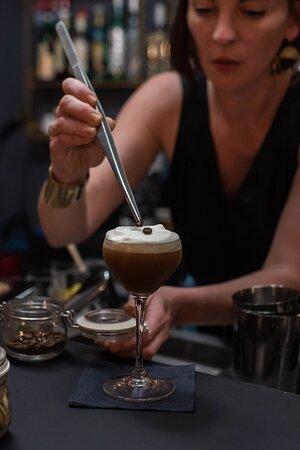 Le cocktail Addis Abeba Vodka, sirop de gingembre, cold brew café cardamone, mousse d'amande aux zestes d'orange. Profond, relevé, mousse tout en douceur.