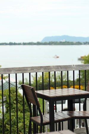 terrasse vue sur le bassin