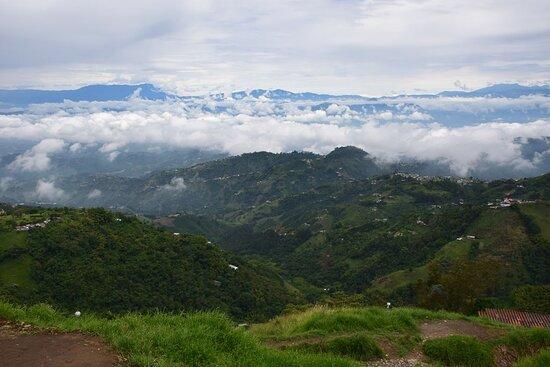 Manizales, Colômbia: Вид из города над облаками.