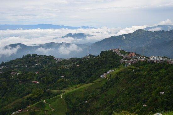 Manizales, Colômbia: Чтоб добраться сюда, нам пришлось преодолеть эти две горные цепи. Дорога с Перейры была перекрыта, ехали в обход.