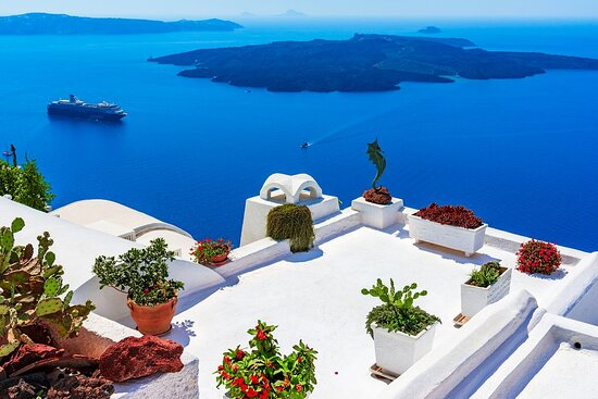 Most of us have seen pictures of Santorini/Thira as the island often has been used in the world promotion of Greece as a tourist attraction. The blue and white colors are the characteristic of this volcano island which scientists often relate to the mythical island of Atlantis.
