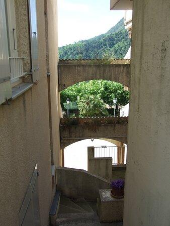 Castillon, Γαλλία: L'habitat a laissé la nature apparaître en arrière plan