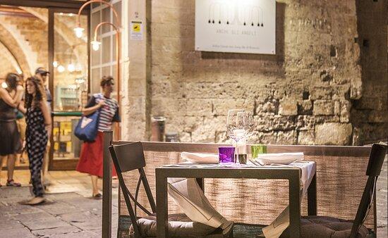 Lo spazio con i tavoli all'aperto