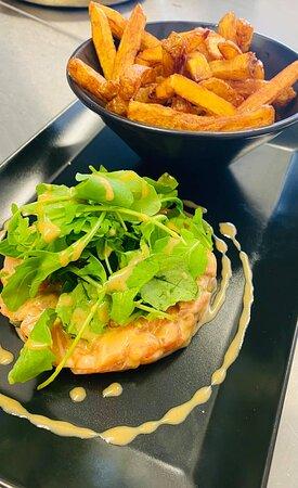 Tartare de saumon aux délicates saveurs d'asie et des frites maison bien dorées