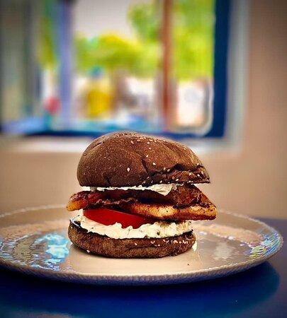 Skyrian Burger με σκυριανή,μαριναρισμένη πανσέτα,ντομάτα & τζατζίκι σε ψωμί από χαρούπι
