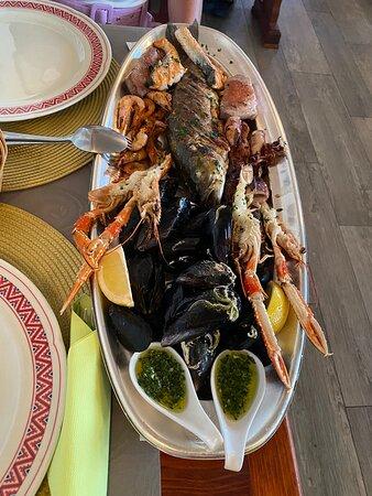 Úžasný jídlo i obsluha, rybí talíř je asi 2x větší než je běžné a předkrmy jsou jako hlavní jídla :)