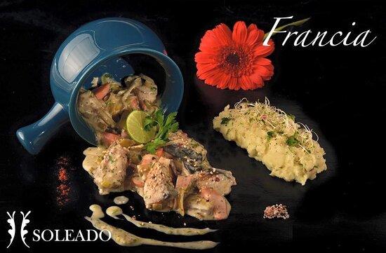 Plato Francia: Blanquette de pescado del día con puré de papas y zanahoria.