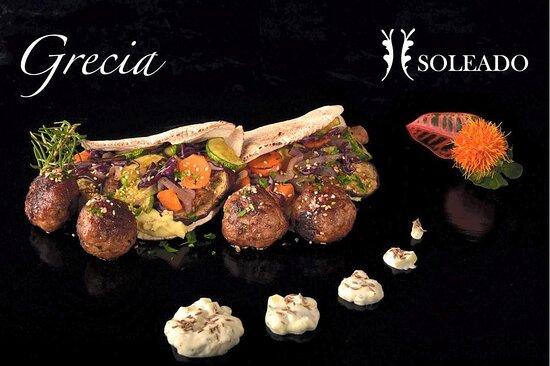 Plato Grecia: Falafel de keftedes de res condimentadas, pan pita con verduras de temporada, salsa yoghurt griego y comino.