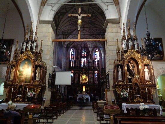 Widok na wnętrze kościoła z ołtarzem .