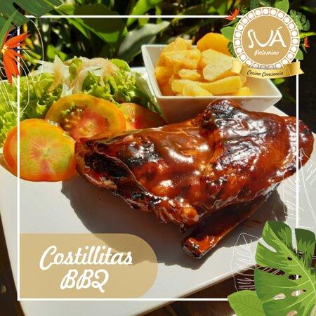 Costillitas BBQ: costillas de cerdo marinadas en salsa BBQ de la casa acompañadas de papas francesas o en cascos y ensalada de la casa.