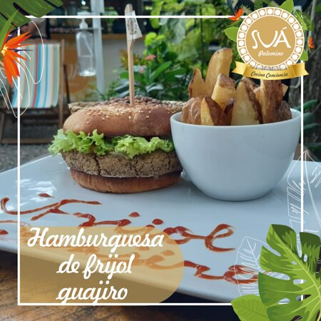 Hamburguesa de fríjol guajiro: croqueta de frijol, lechuga, tomate, cebolla caramelizada, mayoresa y pan de la casa acompañada de papas a la francesa o en cascos.