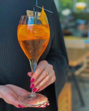 Апероль Спритц - прекрасный аперетив ярко-оранжевого цвета с уникальным горьковато-сладким вкусом и искрящимся ароматом цитрусовых! 🍹  Этот освежающий напиток является настоящим символом лета не только Европы, но кафе -Телеграф- бар!