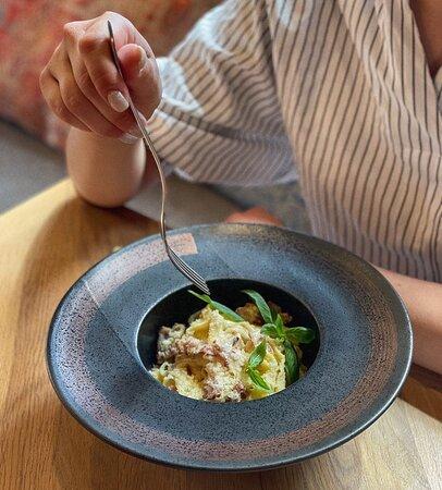Иногда для счастья требуется всего лишь одно вкусное блюдо...И мы знаем, как сделать вас чуточку счастливее! 🤗  Такие ингридиенты, как нежный, сытный соус, бекон и паста, собственного приготовления из твёрдых сортов пшеницы, рождают невероятно аппетитное блюдо - Карбонара! 🤤  Попробуйте настоящий символ итальянской кухни прямо в ресторане Барашки! 😉