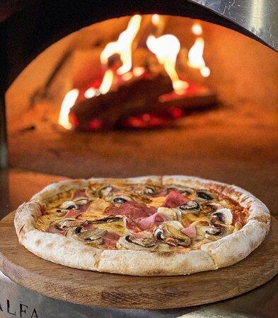 """Нежное тесто с пышными бортами, немного соуса, ветчины, шампиньонов и моцареллы...Немного волшебства...И ещё пару минут тепла дровяной печи...Вот и всё, невероятная пицца """"Прошутто Фунги"""" уже готова покорить вас своим отменным вкусом! 🍕🤤  Ждём Вас! ❤️"""