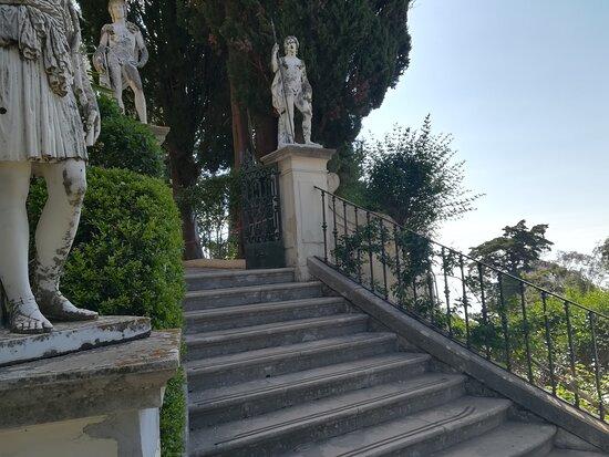 Viele Statuen im großen Garten.