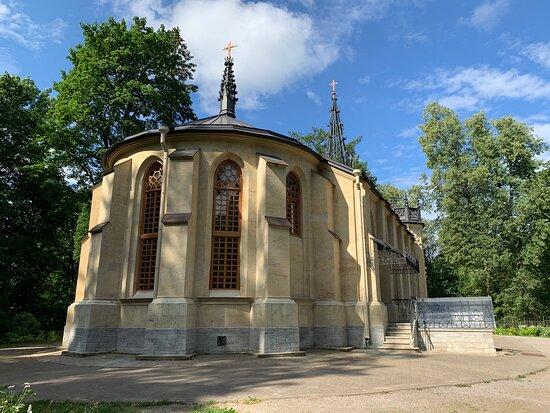Церковь святых апостолов Петра и Павла в Шуваловском парке