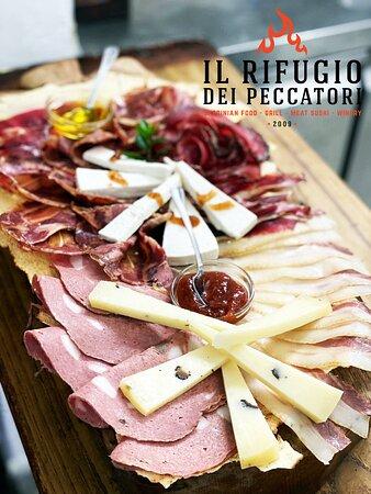 """Ricco Antipasto Deluxe rivisitato, con marmellate di nostra produzione ed esclusivamente salumi e formaggi di nicchia prodotti dall'azienda di Ploaghe """"I Salis""""."""
