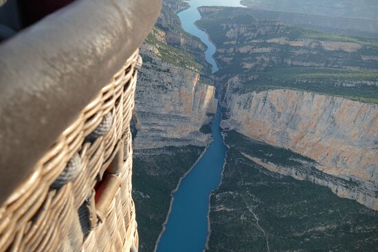 Flying over the Mont-rebei gorge