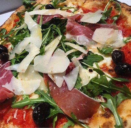"""Pizza """"La Stazione"""" roquette, parmesan"""