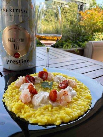 Aquerello su piatto   riso Acquerello® allo zafferano con crema di burrata pugliese d.o.p.,  pomodori confit e tartare di gamberi rosa