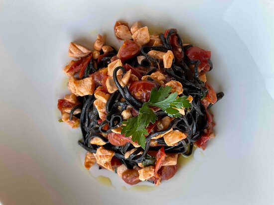 Nero Nero tagliolini al nero di seppia con bocconcini di salmone, pomodorini e basilico