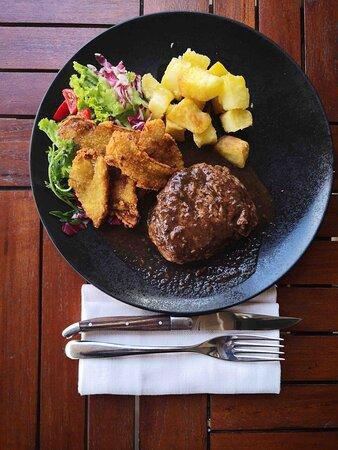 Prime filet 200 gr filetto di manzo argentino con fondo bruno al tartufo, con porcini fritti misticanza di verdure e patate al rosmarino