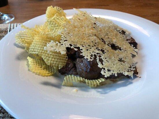 Tacos de Solomillo Saltados con crema de torta de Dehesa, patata rejilla y crujiente de queso curado