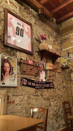 Le pareti sono tutte decorate con cimeli del Palermo Calcio