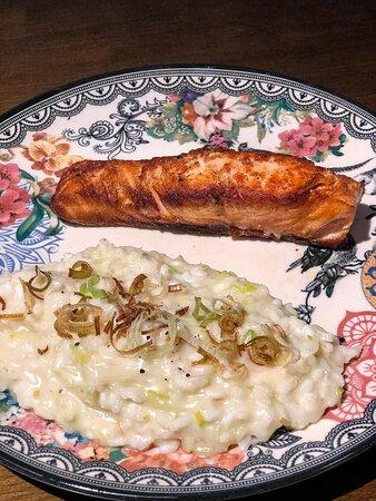 Risoto de alho poró com filé de salmão grelhado