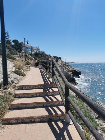 Un paseo bordeando el mar.