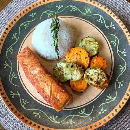 Salmão grelhado, com legumes salteados e arroz (PEX)