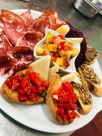 Un'ottima selezione di salumi, formaggi e tipici crostini toscani, la tradizione è il nostro forte!