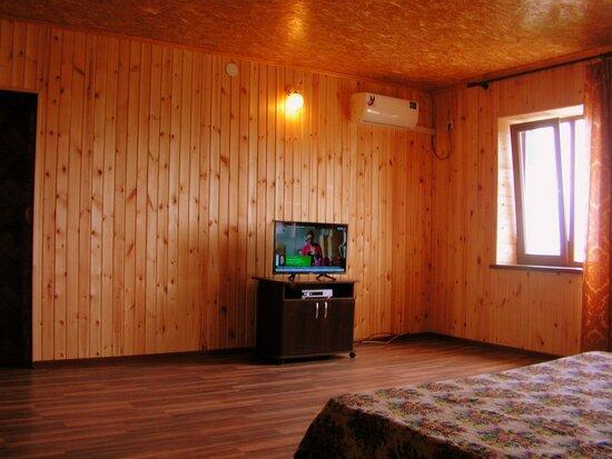 Одна(30 кв.метров) из трех комнат номера Люкс на третьем этаже в трехэтажном доме .