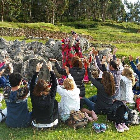 Pisac, Peru: CEREMONIA A LA PACHAMAMA ; ceremonia ancestral pidiendo a la madre tierra, los propósitos de cada persona y agradeciendo por todo lo brindado por la pachamama ya sea en la salud, el amor, en el aspecto económico.