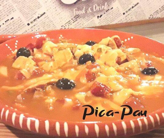 O nosso Pica-Pau com variedade de carnes, enchidos, queijo e o delicioso molho de francesinha