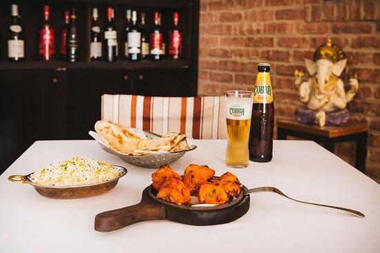 Pollo tikka,arroz basmati,naans y cerveza india.