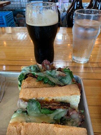 فيلادلفيا, بنسيلفانيا: Love Stout and the pork Sandwich! Delicious!