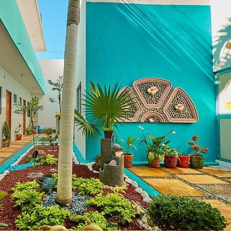 Regadera exterior y jardin central del hotel.