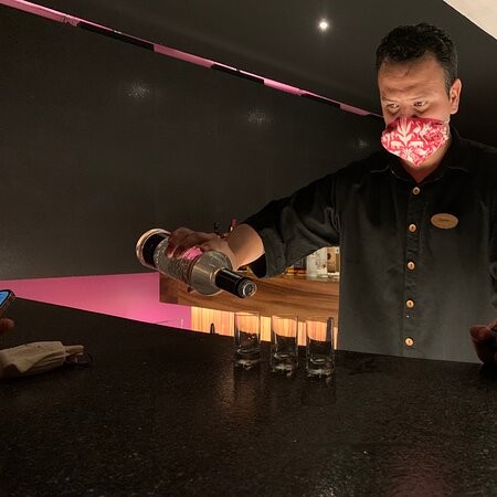 Restaurante Encanta en el nuevo hotel Xcaret Mexico! El bar atendido por Carlos Pratz una experiencia verlo trabajar… con toda la pasión en cada bebida que prepara. Cada detalle de este hotel y su personal te cautivará