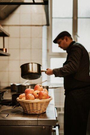 préparation en cuisine de la fameuse tarte TATIN
