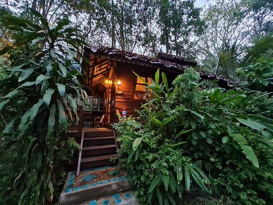 นี่คือบ้านพัก สำหรับผู้ที่จองห้องแบบ ห้องดีลักซ์ (Deluxe ) บริเวณโดยรอบร่มรื่นไปด้วยแมกไม้เขียวขจี  ครับ