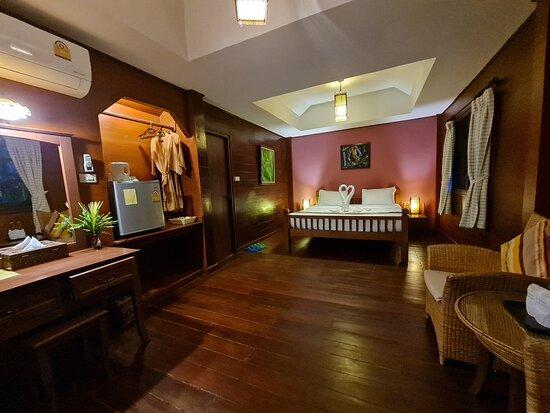 ภายในห้องพักแบบ ห้องดีลักซ์ (Deluxe ) มีสิ่งอำนวยความสะดวกครบถ้วน มีมุมนั่งเล่นด้านในห้องและด้านหน้าระเบียงห้องพักครับ