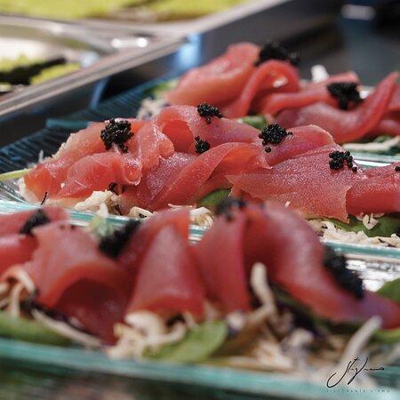 Sashimi di tonno, uova di lompo e misticanze