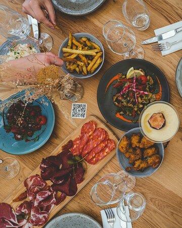 Si vous souhaitez déguster un bon plat ou même des tapas, la Noche est l'adresse qu'il vous faut ! Nos produits sont frais et nos plats fait maison.