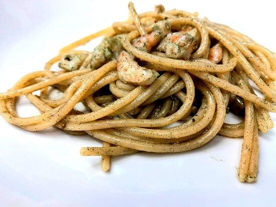 Spaghettoni con gamberi e alga spirulina