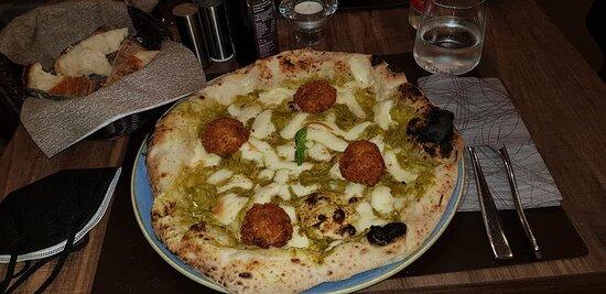 Pizza con bon bon di cicoli e ricotta con provola e crema di friarielli
