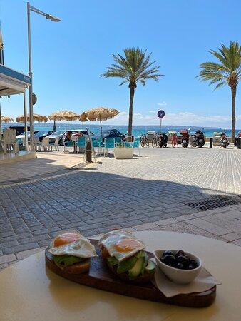 Leckeres Frühstück.. mit herrlichem Beach Ambiente und dazu passenden Gittarenklängen mit rockigen Stimmen.