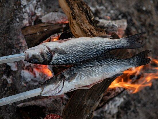 Espetos de pescado en ROOS Empuriabrava (Foto: Aizenjan)